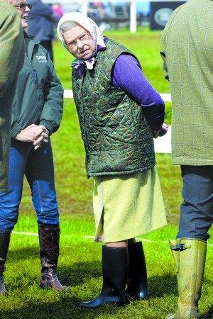 """英国女王一身""""村姑""""打扮观看马术比赛"""