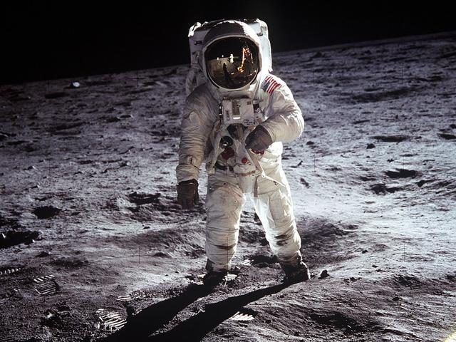美国副总统:将重返月球 为宇航员赴火星奠定基础