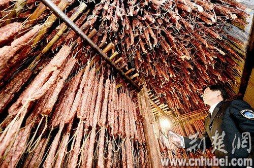 武汉一黑作坊用死猪肉灌香肠 添加剂掩盖臭味