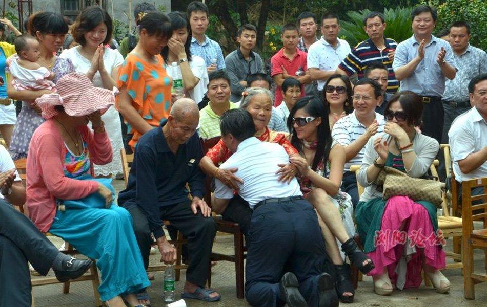 北大校长回乡祝母90大寿 长跪膝前落泪【组图】 - 相逢是歌 - 相逢是歌