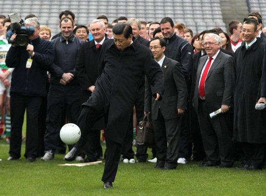 习近平副主席走上球场草坪,一展足球身手
