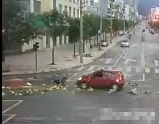 云南大妈闯红灯被撞飞 翻身爬起淡定捡菜(图)