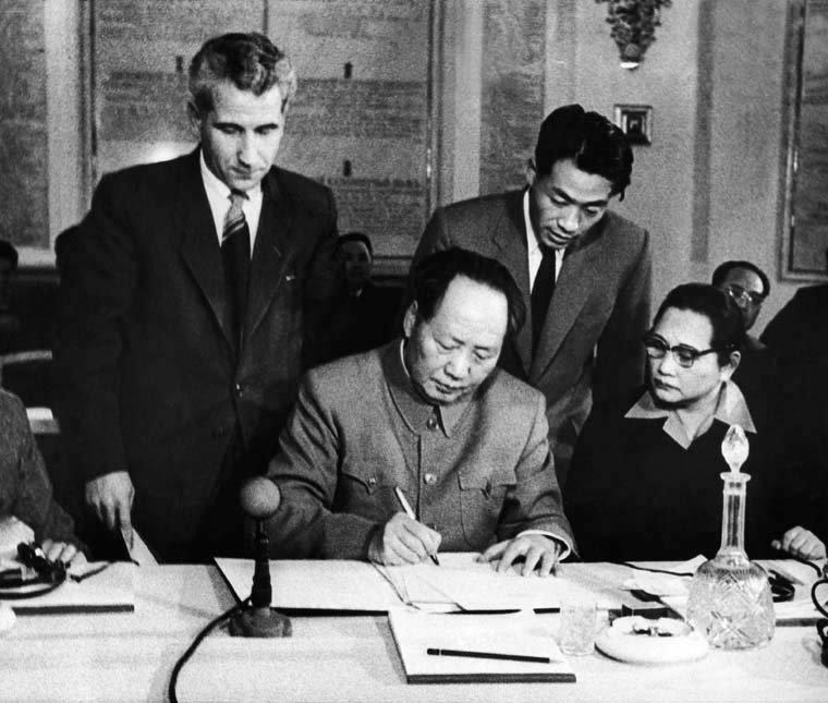 1957年11月£¬毛泽东在¡¶莫斯科宣言¡·上签字¡£来源/中联部网站