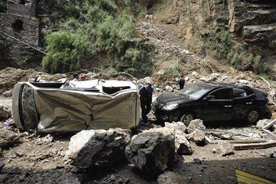 彝良震后第三天:随处可见被砸成废铁的车辆