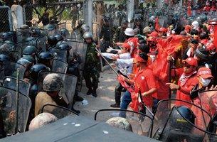 """2010年4月泰国军警与""""红衫军""""激烈冲突"""