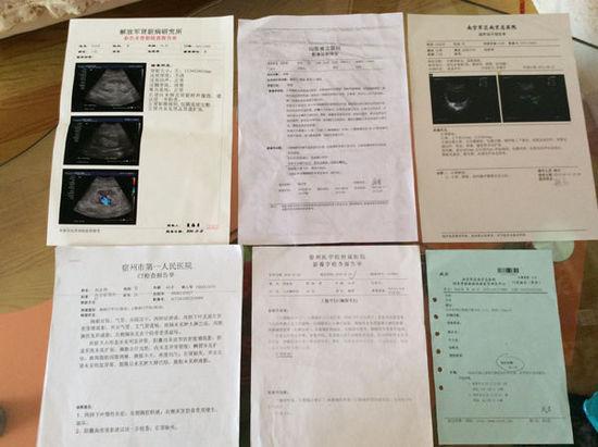 5月11日下午,刘永伟家里。刘永伟展示他在不同医院做的六次检查的诊断结果。澎湃新闻记者