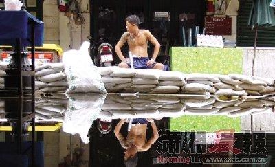 泰国曼谷洪水漫过堤岸进入泰王皇宫(图)