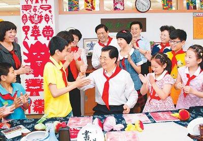 胡锦涛与儿童玩击鼓传花:好像又回到童年时代