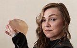 英国女子受够了自己的假胸 一把美工刀对着卧室镜子取出了填充物