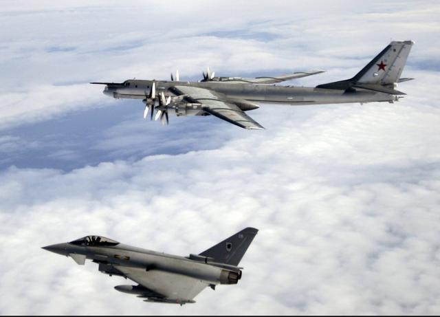 资料图:英国空军台风战斗机拦截俄军图95图片