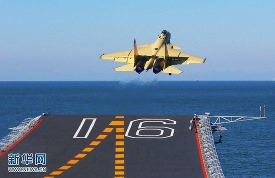 """歼—15舰载机在""""辽宁舰""""上滑跃起飞"""