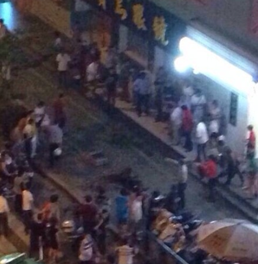 福建福州闹市男子持刀砍人 致1人死亡3人受伤