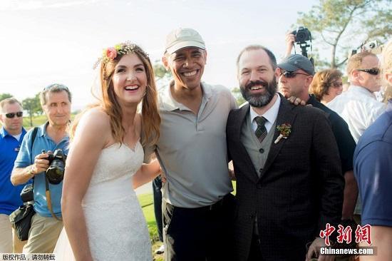 美国总统奥巴马上周末在圣地亚哥进行为期两天的短暂休假。两天里他没有安排公开露面,只是在两处高尔夫球场挥杆,打起自己心爱的高尔夫球。图为奥巴马在球场会所邂逅一对新婚夫妇斯蒂芬妮和布莱恩,并开心地与他们合影留念。