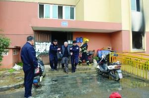 南京一廉租楼房起火浓烟封楼 看守所民警协助救援