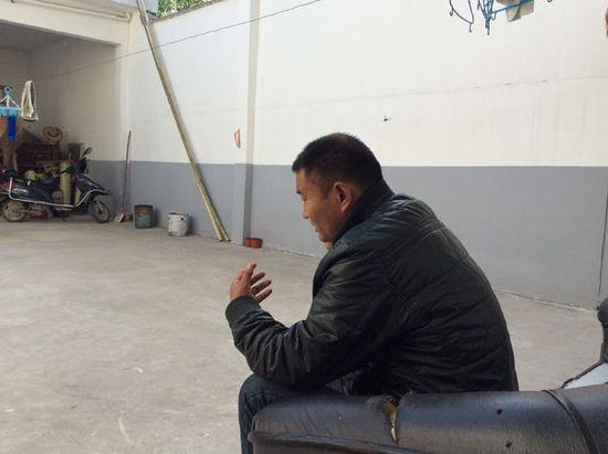 5月11日下午,刘永伟家里,穿着棉袄的他在电话中向媒体记者解释,自己还没有拿到鉴定书,还在等。