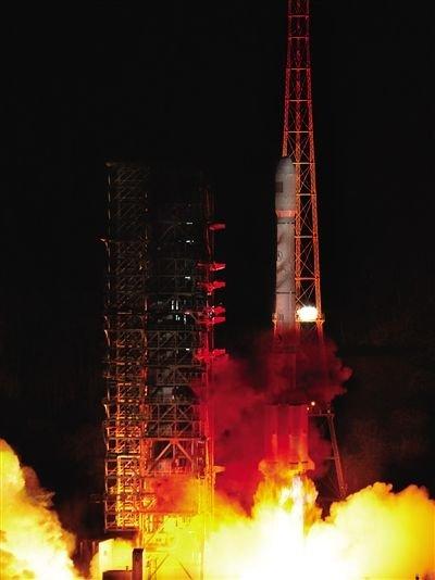 """4月30日4时50分,我国在西昌卫星发射中心用""""长征三号乙""""运载火箭,成功发射两颗北斗导航卫星,卫星顺利进入预定转移轨道。 新华社记者 陶明 摄"""
