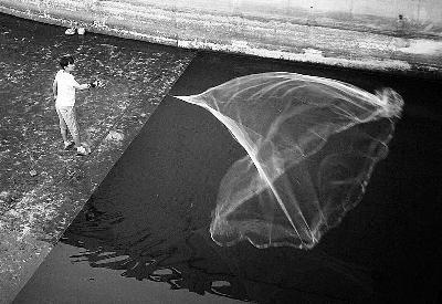 北京护城河水闸拦水见底 市民冒险捞鱼(图)