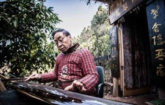 花甲老人隐居深山三年做古琴