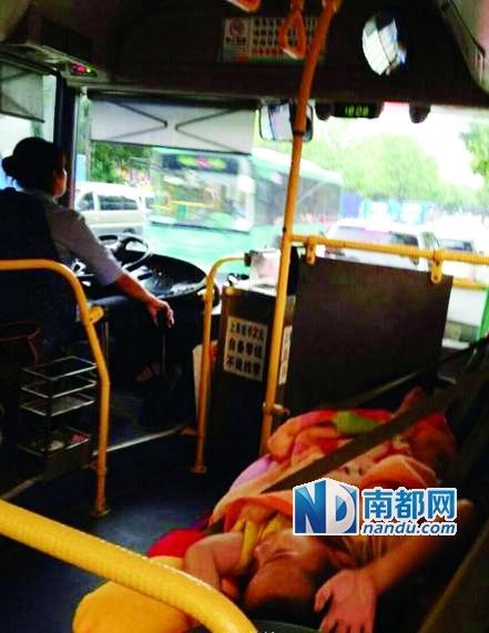 公交女司机上班带孩子 小孩横睡车座上(图)
