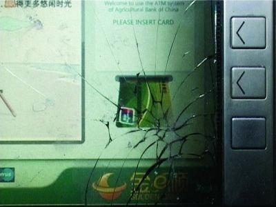 男子持砖夜砸取款机 被抓时自称只为好玩(图)