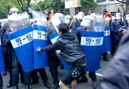 台湾反服贸冲突174人受伤 警察占119人(图)