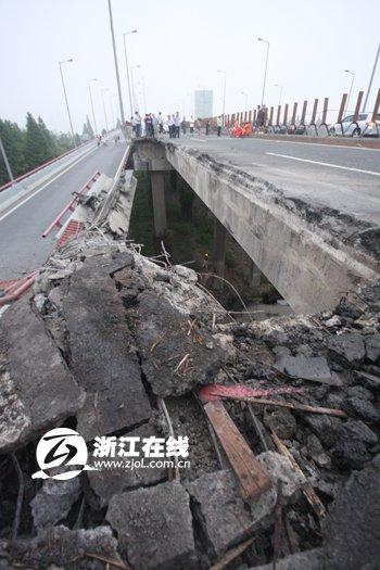 杭州钱江三桥部分桥面塌落 一辆重型货车坠落