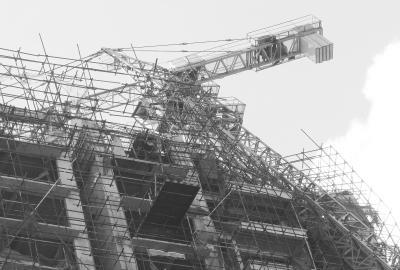 小区塔吊被台风刮断 6吨巨石悬空中(图)