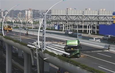 超载货车违章上桥致上海中环线高架受损