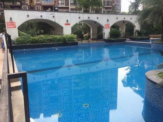 同学家长带5个孩子游泳 两名女孩溺水进ICU抢救