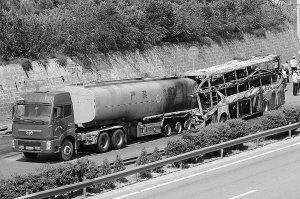 延安车祸客车嵌入罐车2米 卧铺客车5年内或消失