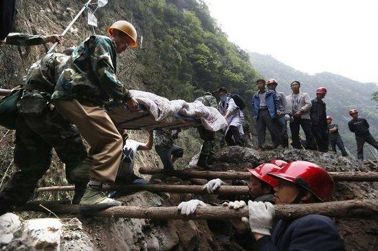 芦山救援人员用肩膀搭建生命通道