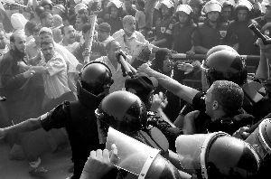 法庭外聚集大量穆巴拉克的支持者和反对者,经由大屏幕收看庭审实况。