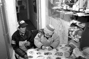 宋老汉和他迟迟未报上户口的儿子实习生马晶晶摄