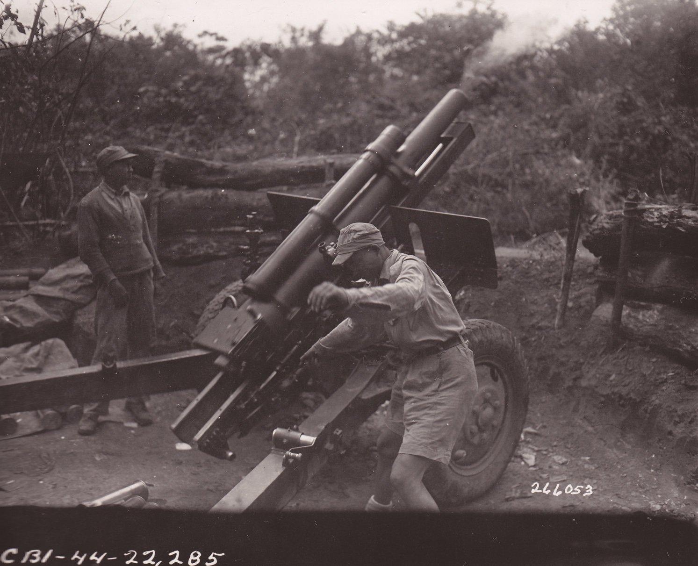 7营的105毫米口径榴弹炮在向日军阵地进行一轮炮击后产生后坐反冲。美军陆军通信兵萨利文拍摄于1944年5月1日。