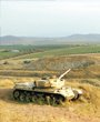 叙利亚坦克的炮口对准了远处的戈兰高地