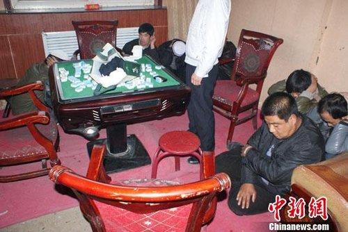 兰州一宾馆内设赌场敛财 警方当场抓获20余赌徒