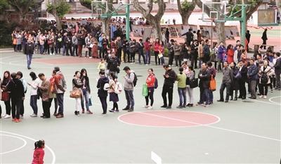 南京玄武外国语学校附属小学报名,现场来了3000多人。