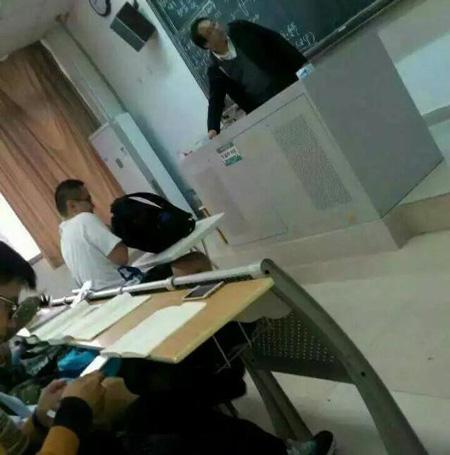 新闻哥吐槽:本班学生被外班学生殴打,老师扇肇事者耳光,护犊子真棒!图片