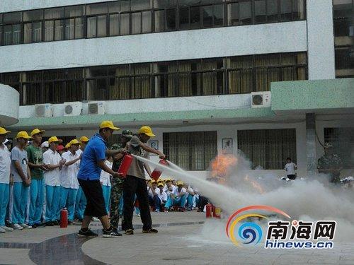 部分学生使用灭火器灭火.