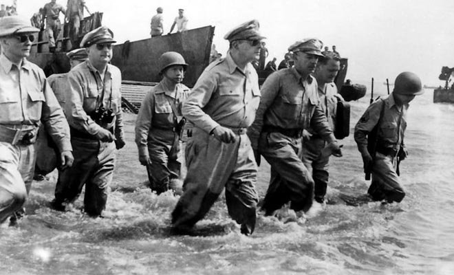 第二次菲律宾战役期间,麦克阿瑟将军及其助手登陆莱特岛。