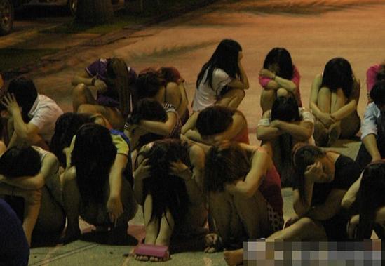 深圳扫黄 卖淫女坐满篮球场
