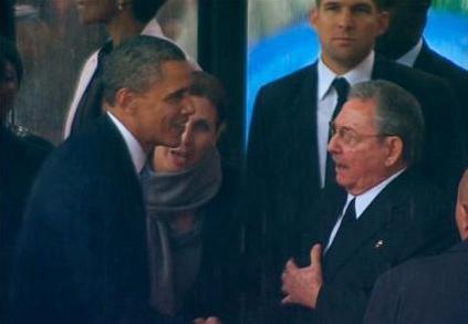 曼德拉追悼会现场 奥巴马与卡斯特罗握手(图)