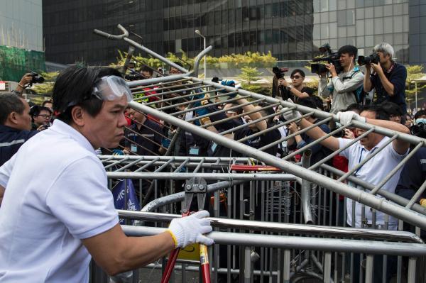 """香港清障未遇到阻挠 有""""占中""""者主动拆除路障"""