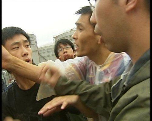 央视记者采访化工企业遭数十人围殴(组图)