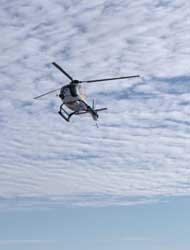 科学家利用绿色和平的一架小型直升飞机挑选合适测量的目标海冰