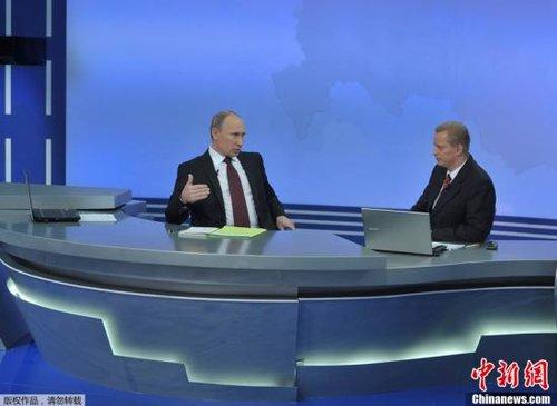资料图:12月15日,普京通过媒体与民众交流,回答提问。