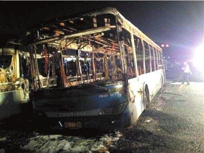 厦门公交车行驶途中起火 火烧10分钟间有爆炸声