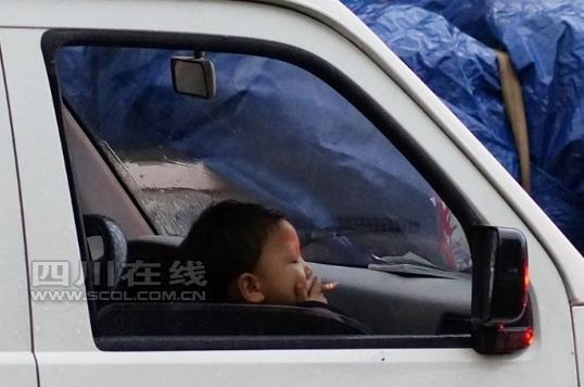 四川一小孩在车上抽烟 网友称其架势娴熟(图)