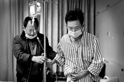 郜洪辉进行肾移植手术后恢复良好,术后十天已能正常行走和饮食。郜传友在医院照顾儿子