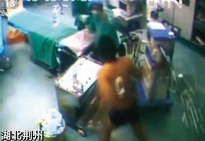 患者跳下手术台追打医生 当事医生称因正常问询